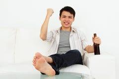 Homme Excited avec de la bière Photographie stock libre de droits