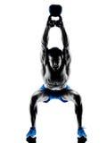 Homme exerçant des poids de Bell de bouilloire de forme physique Photographie stock libre de droits