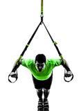 Homme exerçant la silhouette de trx de formation de suspension image stock