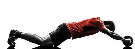 Homme exerçant la tonalité abdominale de séance d'entraînement de forme physique photographie stock libre de droits