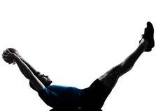Homme exerçant le maintien de bille de forme physique de séance d'entraînement photographie stock libre de droits