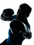 Homme exerçant le maintien de boxeur de boxe Image stock