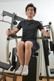 Homme exerçant son ABS au gymnase Photos stock