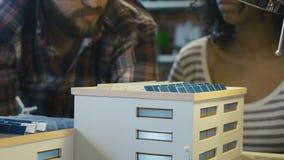 Homme expliquant le principe de travail de la batterie solaire clips vidéos