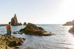 Homme explorant le littoral espagnol photo libre de droits