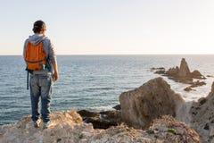 Homme explorant le littoral espagnol photographie stock