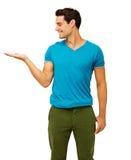 Homme exposant le produit invisible sur le fond blanc Images stock