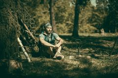 Homme extérieur dans la forêt Photographie stock