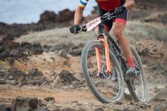 Homme extrême d'athlète de sport de vélo de montagne montant dehors photo libre de droits