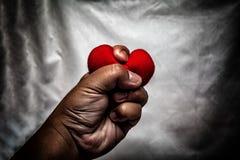 homme fâché écrasant le coeur rouge à disposition , amour non récompensé , amour Co Photographie stock libre de droits