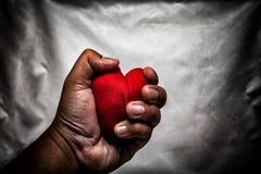 homme fâché écrasant le coeur rouge à disposition , amour non récompensé , amour Co Photos stock