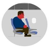 Homme fâché avec le visage rouge, trop grand pour le siège sur l'avion Photos libres de droits