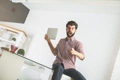 Homme fâché cassant l'ordinateur portable Photographie stock