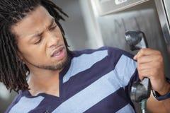 Homme fâché contre le téléphone Photo stock