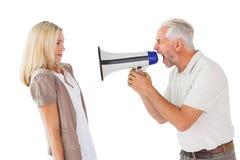 Homme fâché criant à l'amie par le mégaphone Photographie stock libre de droits