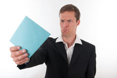 Homme fâché d'affaires avec une lettre bleue dans sa main Images stock
