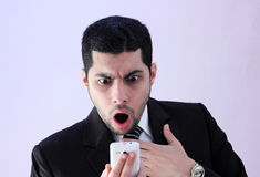 Homme fâché d'affaires criant image stock