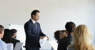 Homme fâché d'affaires non satisfait des résultats de groupe d'hommes d'affaires après cours de formation au cours de la réunion  clips vidéos