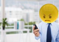 Homme fâché d'affaires parce qu'un message Emoji font face Image libre de droits