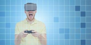 Homme fâché dans le casque de réalité virtuelle avec le gamepad Photos libres de droits