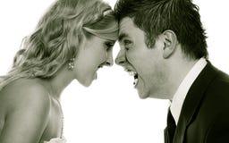 Homme fâché de femme hurlant à l'un l'autre Marié de jeune mariée de fureur images stock