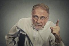 Homme fâché dirigeant son doigt à quelqu'un image libre de droits