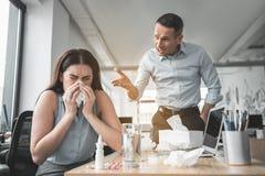 Homme fâché discutant sur la femelle malade Photographie stock