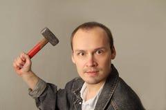 Homme fâché et agressif avec un grand marteau Image libre de droits