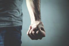 Homme fâché et agressif caucasien menaçant par le poing image stock
