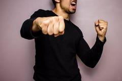 Homme fâché jetant un poinçon Photos libres de droits