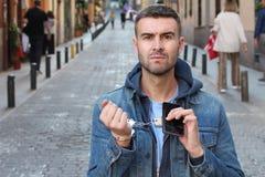 Homme fâché montrant la dépendance extrême avec son smartphone photographie stock libre de droits