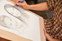Homme féminin et femme de dessin de main souriant avec le crayon photo stock