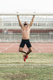 Homme faisant Chin-UPS extérieur photo libre de droits