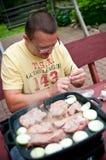 Homme faisant cuire à l'extérieur Photographie stock