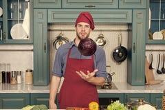 Homme faisant cuire la nourriture biologique Cuisine familiale L'homme bel appr?cient la cuisson saine Sant? et r?gime Faites- cu images libres de droits