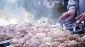 Homme faisant cuire la viande sur le gril de barbecue banque de vidéos