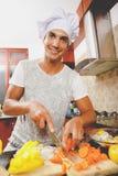 Homme faisant cuire le dîner Photos stock