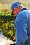 Homme faisant cuire le lard à l'extérieur Images libres de droits