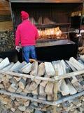 Homme faisant cuire le rôti de porc Photographie stock libre de droits