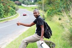 Homme faisant de l'auto-stop Photographie stock