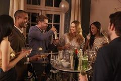 Homme faisant des cocktails pour des amis à la partie Photographie stock libre de droits