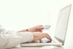 Homme faisant des emplettes en ligne Photos libres de droits