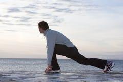 Homme faisant des exercices à la mer Photo libre de droits
