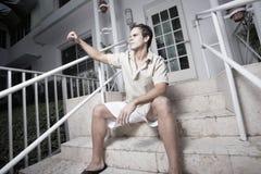 Homme faisant des gestes avec un poing Photographie stock libre de droits