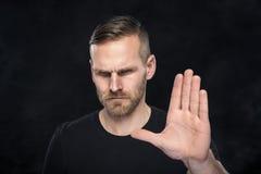Homme faisant des gestes le signe d'arrêt Photo libre de droits