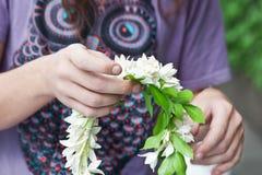 Homme faisant des guirlandes de fleur Photo libre de droits
