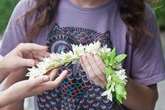Homme faisant des guirlandes de fleur Photos libres de droits