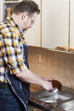 Homme faisant des travaux du ménage Image libre de droits