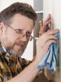 Homme faisant des travaux du ménage Photographie stock libre de droits