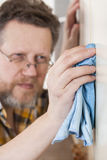 Homme faisant des travaux du ménage Photos stock